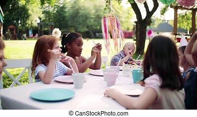 buitenshuis, kinderen, zittende , tuinieren tafel, feestje, summer., kleine