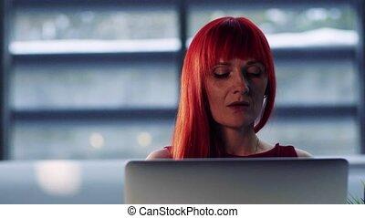businesswoman, kantoor, laptop., middelbare leeftijd , verticaal, voorkant, gebruik, aanzicht