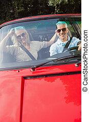 cabriolet, paar, middelbare leeftijd , fototoestel, het glimlachen, rood