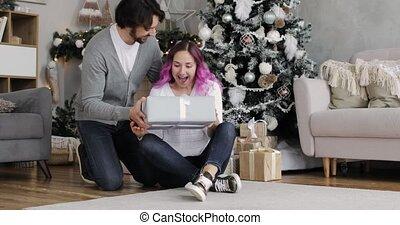 cadeau, home., man, jaar, jonge, nieuw, vrouw, interieur, geeft, zijn, verwonderd