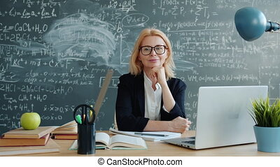 chalkboard, fototoestel, leraar, vrouwlijk, het kijken, gelukkig glimlachen, stand, bureau, muur