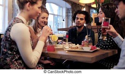 clinking, dranken, vrienden, bar, vrolijke