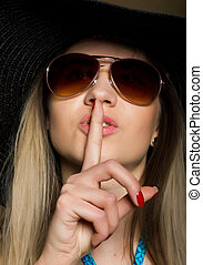 close-up, brunette, zonnebrillen, haar, groot, lippen, vrouw, het putten, aantrekkelijk, bikini, hoedje, vinger
