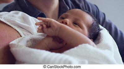 close-up, paar, hun, vasthouden, pasgeboren baby, kaukasisch, ziekenhuis afdeling