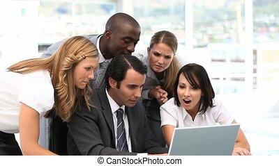 co, team, zakelijk, het kijken, vrolijke
