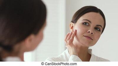 collageen, cheek., aan het dienen, vrouw, moisturizer, jonge, mooi, 20
