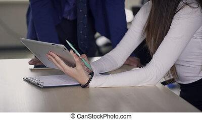 collega, het verklaren, vrouw, work., tablet, details, handen