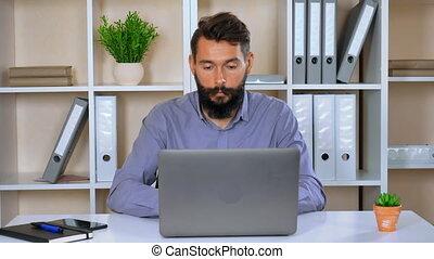 computer, gebruik, jonge, binnen, verticaal, zakenman