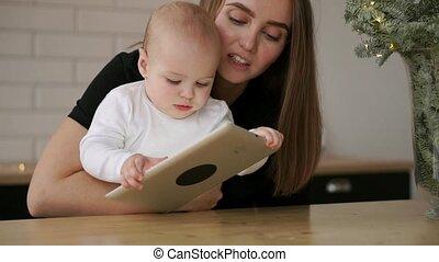 computer, tablet, zittende , scherm, vingers, spelend, dringend, lachen, mamma, baby, tafel, jouw