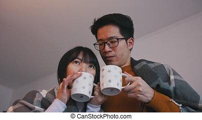 concept, familie liefde, schouwend, paar, hete thee, jonge, movie., aziaat, drinkt
