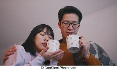 concept, gezin, newlywed, liefde, drank, het schouwen rolprent, paar, warme, bedekt, jonge, blanket., aziaat, drinkt