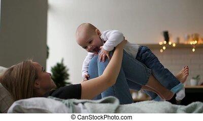 concept, mensen, gezin, -, ouderschap, moeder, baby, thuis, spelend, vrolijke