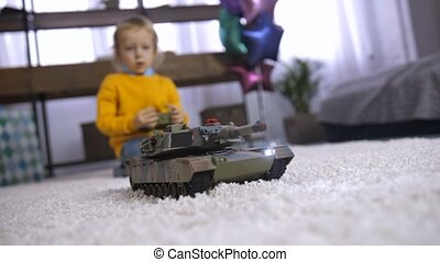 controle, schattig, speelbal, ver, jongen, thuis, spelend