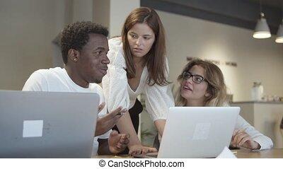creatief, laptops, team, zittende , tafel, staand