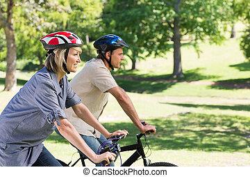 cycling, paar, park, vrolijke