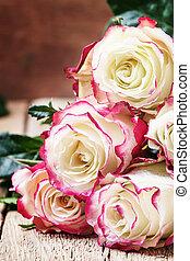 dag, rode kaart, bouquetten, rozen, witte , brandpunt, selectief, ouderwetse , valentines, feestelijk, achtergrond, houten