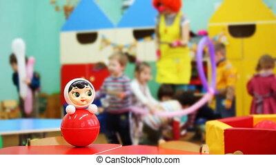 dan, roly-poly, speelbal, bewogen, brandpunt, clown, kinderen, kleuterschool, spelend, tafel