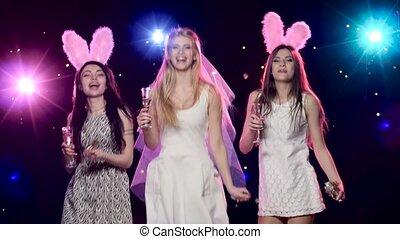 dancing, bachelorette, vriendinnen, bruid, feestje, drinkt, champagne, vrolijke