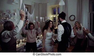 dancing, bruidegom, jonge, bruid, anderen, gasten, trouwfeest, ontvangst.