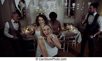 dancing, jonge, bruid, anderen, gasten, trouwfeest, ontvangst., het zingen