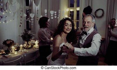 dancing, jonge, grootvader, bruid, anderen, gasten, trouwfeest, ontvangst.