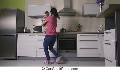 dancing, mooi, moeder, baby, vrolijke , keuken
