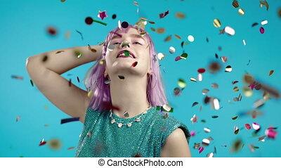 dancing, viooltje, aandoenlijk, vieren, zalig, regen, concept, innemend, gedurende, vrouw, gekleurd haren, confetti, ongewoon, studio., modieus, blauwe , feestje
