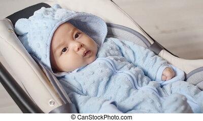 de zitting van de jongen, auto stoel, pasgeboren baby