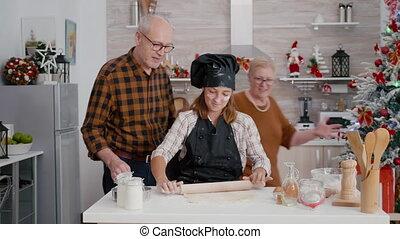 deeg, kleindochter, het bereiden, grootouders, portie, zelfgemaakt, traditionele