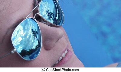 deken, gezicht, vrouw, bedekt, glimlachen gelukkig, pool, zwemmen