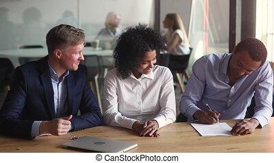 delen, contracteren, maken, vrolijke , hypotheek, meldingsbord, afrikaan, paar, landgoed, echte