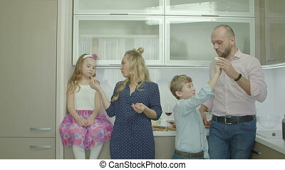 delen, ouders, vruchten, siblings, blij, keuken