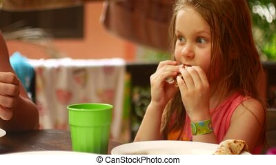 diner, gezin, eten, pannekoekjes, dochter, ouders