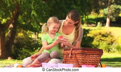 dochter, etend watermelon, mamma