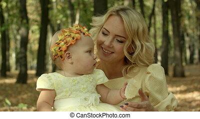 dochter, haar, park, jonge, herfst, moeder, baby