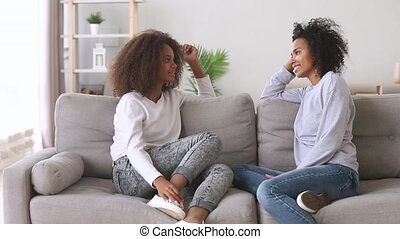 dochter, moeder, klesten, afrikaan, thuis, vrienden, best, vrolijke