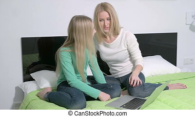 dochter, plannen, gezin, draagbare computer, jonge, toekomst, aantrekkelijk, moeder, gebruik, of, maken