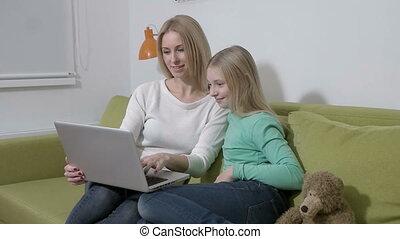 dochter, plannen, gezin, draagbare computer, slowmotion, -, jonge, toekomst, aantrekkelijk, moeder, gebruik, of, maken