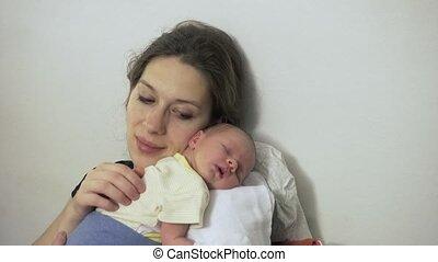 dochter, slapende, pasgeboren, moeder, baby, thuis