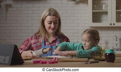 dochter, toevoegen, gedurende, vrolijke , deeg, het koken, meel