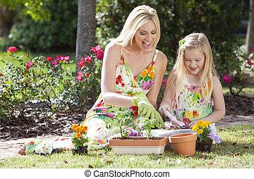 dochter, vrouw, tuinieren, aanplant, &, meisje, moeder, bloemen