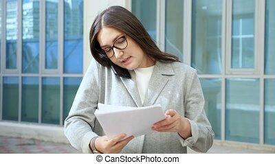 documenten, bril, telefoon, besprekingen, onderzoekt, vrouw, formeel, kostuum, jonge, gaan