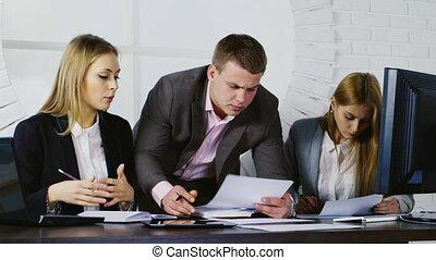 documenten, werken, werkende , zakelijk, twee, team, man, vrouwen