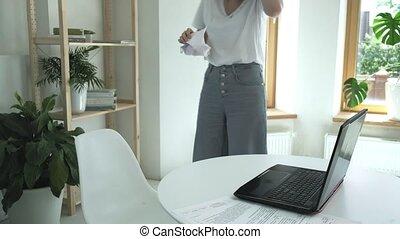 dons, tafel, zit, vrouwlijk, vloer, documenten, op, oogsten, jonge, verfrommeld, lach