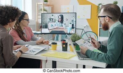 door, groep, zakelijk, het luisteren, video, vergadering, jonge vrouw , mensen, conferentie