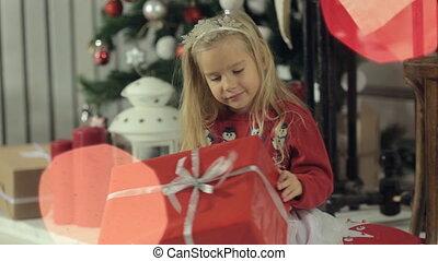 doosje, gekke , weinig; niet zo(veel), onderzoekt, cadeau, zittende , grote boom, blonde, langharige, meisje, beautifully, verfraaide, kerstmis