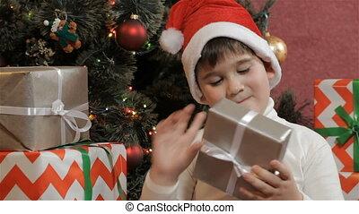 doosje, jongen, weinig; niet zo(veel), schudden, cadeau, kerstmis