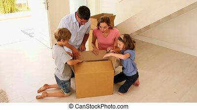 doosje, thuis, nieuw, hun, opening, gezin, vrolijke