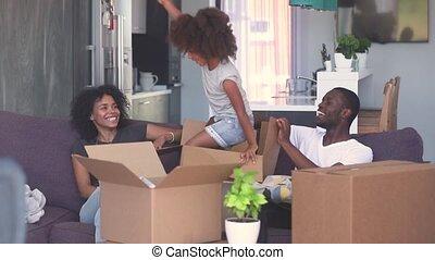 doosje, toneelstuk, sprong, zwart kind, ouders, meisje, uit, vrolijke