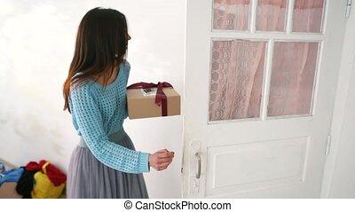 doosje, vrouw, haar, cadeau, holdingshanden, kerstmis